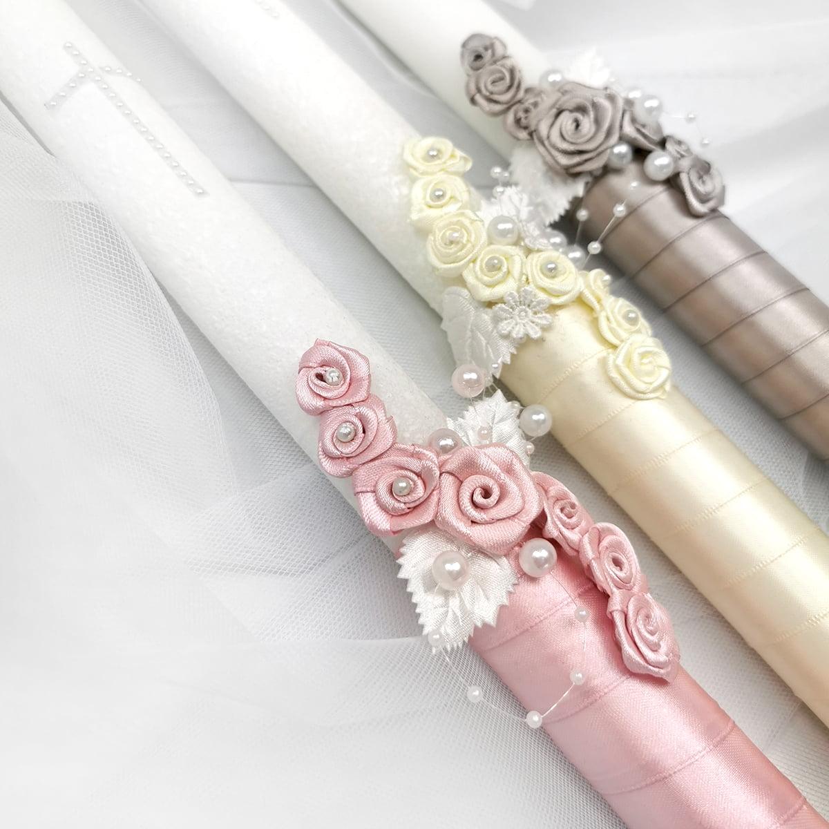 svijeće s rozim, bijelim i sivim cvjetićima