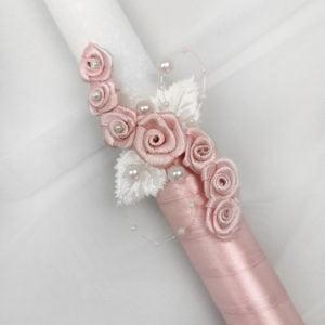 detalj svijeće ukrašene rozim cvjetićima
