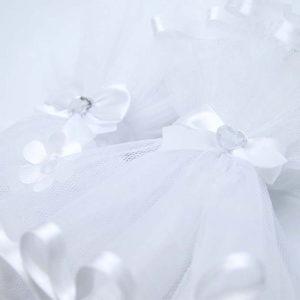 bijele til suknjice na svijećama za krštenje