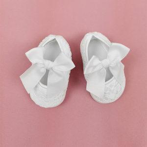 bijele čipkane cipelice za krštenje