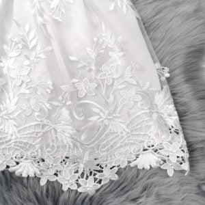 detalj bijele čipkane haljine chiara