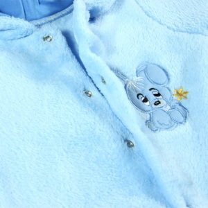 Plavi zeko na zimskom kombinezonu za bebe