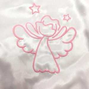 anđeo na krsnoj košuljici detalj