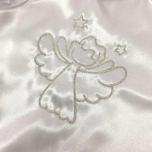 srebrni anđeo na krsnoj košuljici