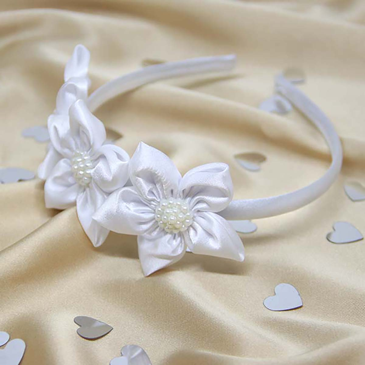 bijeli svečani rajf ukrašen cvjetićima