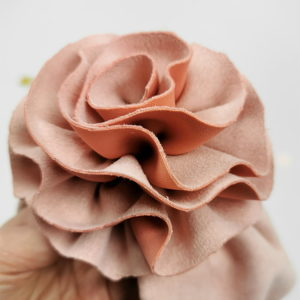 ručno rađen cvijet od velura ukras na lady turbanu za bebe i djevojčice
