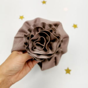 ručno rađeni cvijetni ukras smeđeg lady turbana