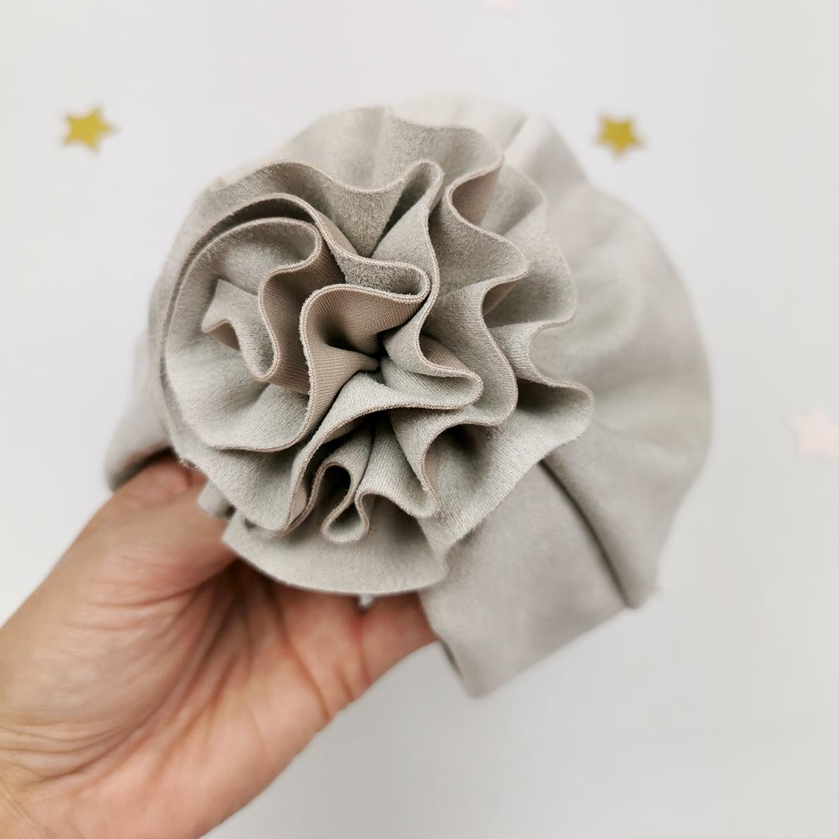 ručno rađeni cvijetni ukras sivog lady turbana