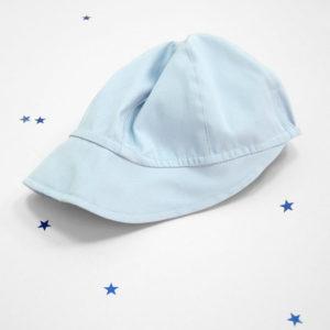 svijetlo plava kapa sa šiltom za krštenje