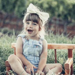 Velika LU žuta mašna na djevojčici