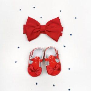 crvena trakica i cipelice za bebe