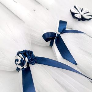 detalji tamno plavih ukrasa na svijećama za krštenje