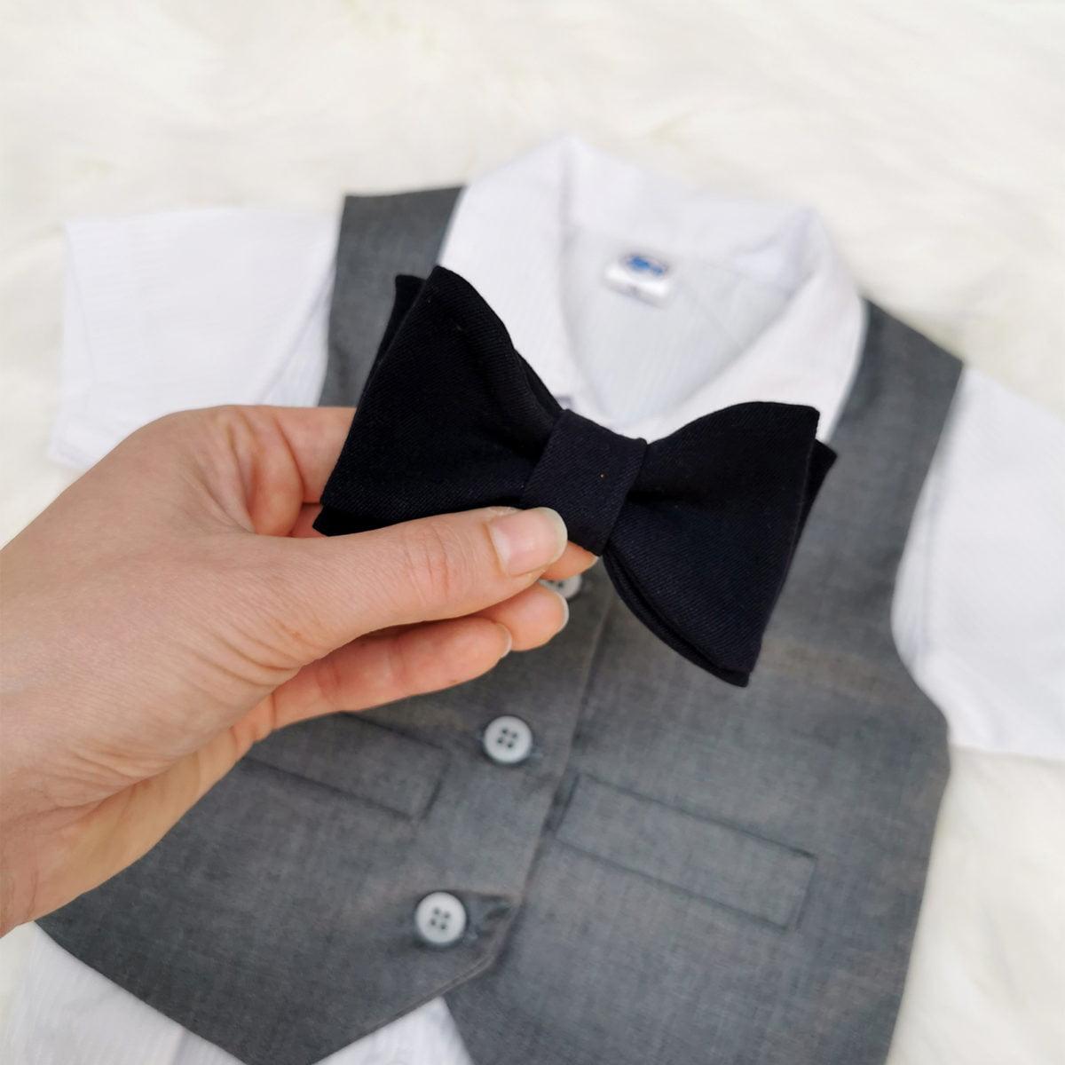 tamno plava leptir mašna na sivo odijelo za krštenje