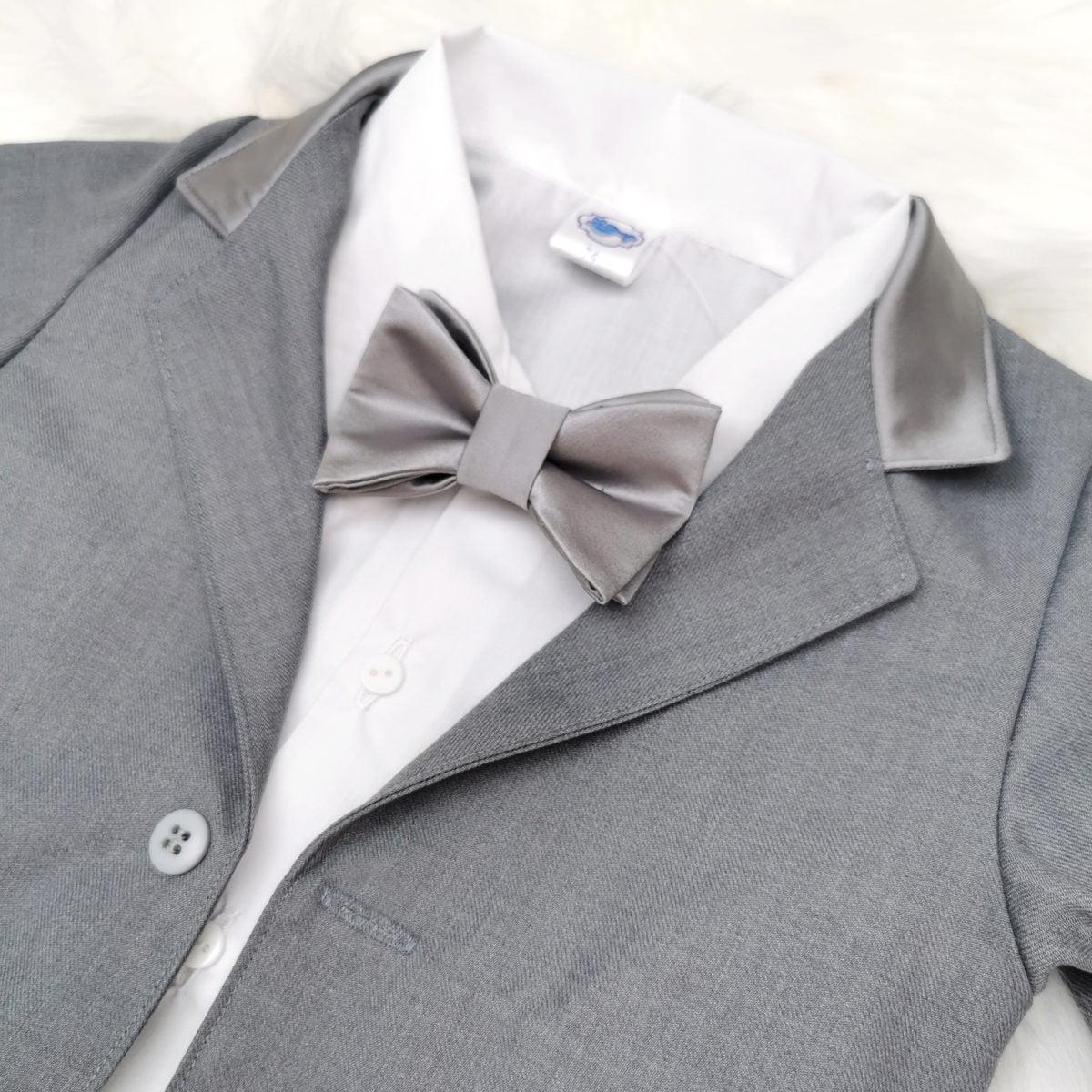 sivo bijelo odijelo za krštenje detalj