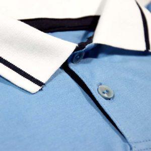 plava polo majica s kragnom