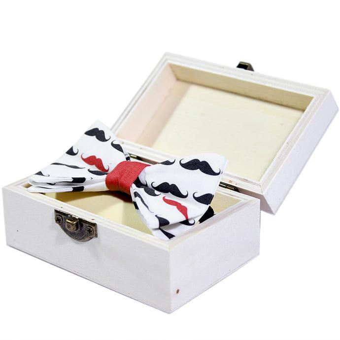 red mustache leptir mašna u drvenoj kutiji