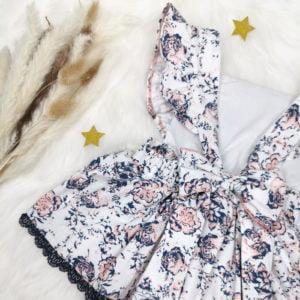 detalj bijele cvjetne bodi haljine