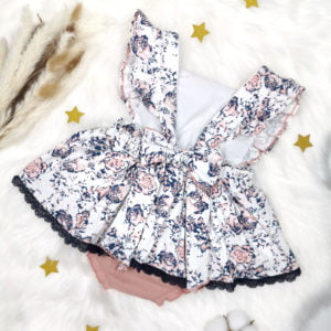 bijela cvjetna bodi haljina s otvorenim leđima
