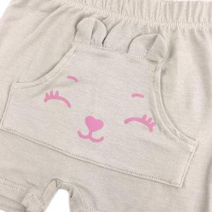 detalj bež kratkih ljetnih hlačica za bebe
