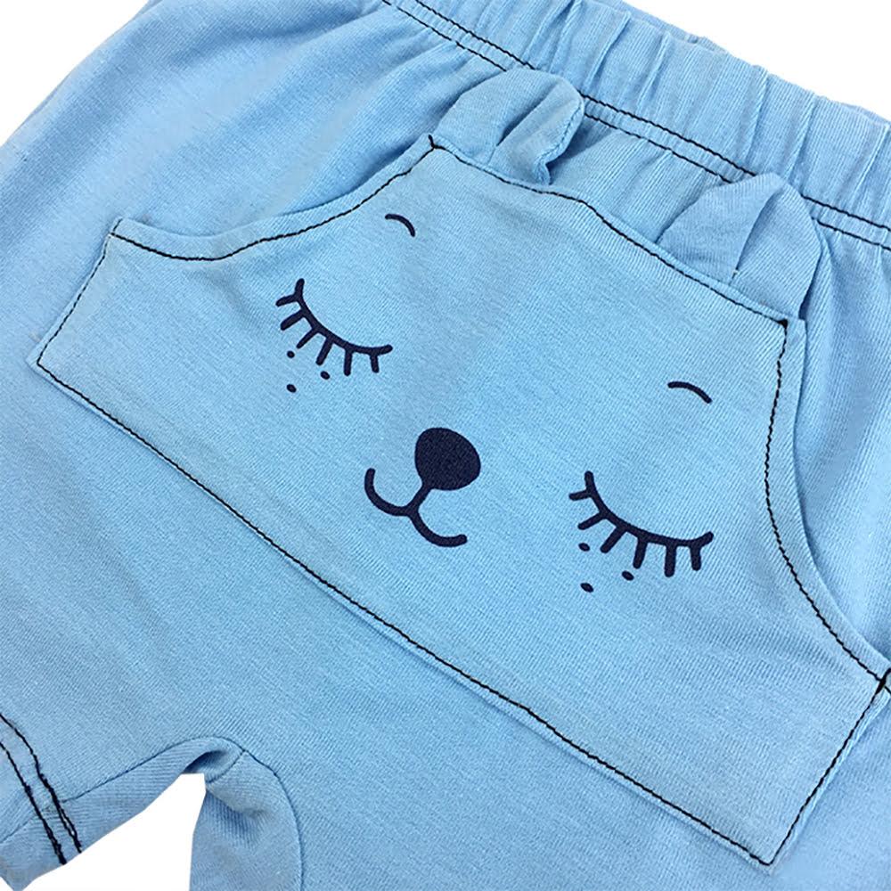 detalj svijetlo plavih ljetnih hlačica za dječake
