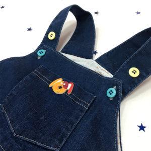 Detalj gumbića na trapericama coolericama za bebe
