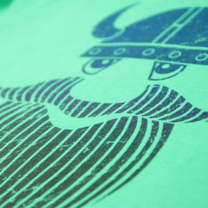 viking print na zelenoj majici